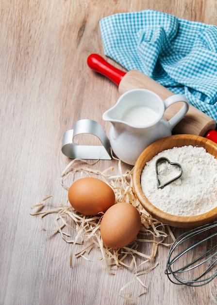 Ingredientes de panificação - farinha, ovos e pin Foto Premium