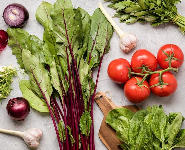 Ingredientes deliciosos para vista superior da salada saudável Foto gratuita