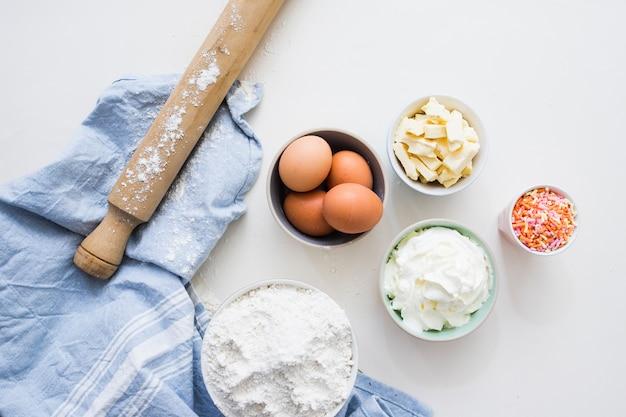 Ingredientes do bolo de aniversário Foto gratuita