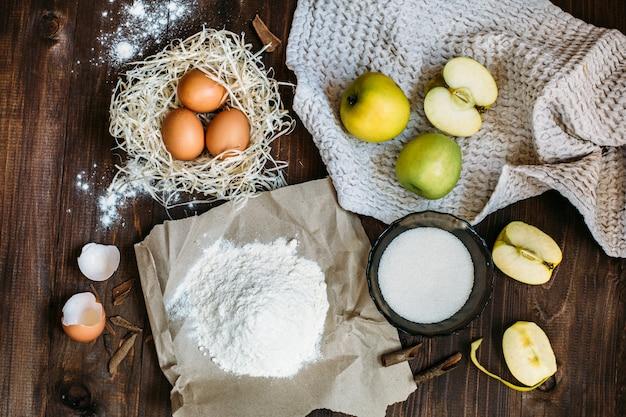 Ingredientes do bolo de charlotte na mesa de madeira Foto Premium