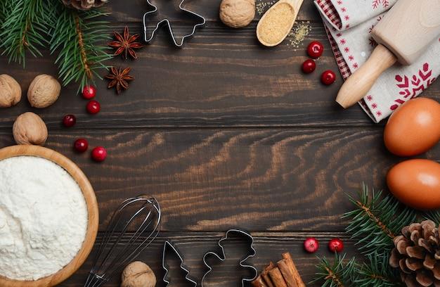Ingredientes do cozimento do natal no fundo de madeira escuro, vista superior, configuração lisa, espaço da cópia. Foto Premium