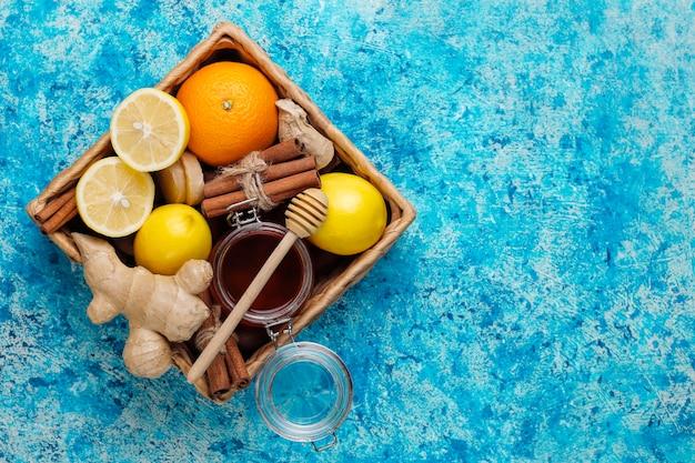 Ingredientes: gengibre fresco, limão, paus de canela, mel, cravo seco para aumentar a imunidade e beber vitaminas saudáveis Foto gratuita