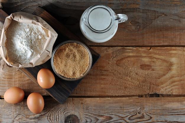 Ingredientes para a massa: farinha, açúcar, ovos e leite Foto Premium