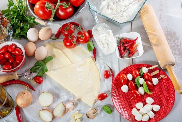Ingredientes para a preparação da deliciosa pizza Foto Premium