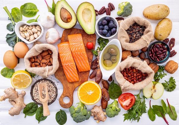 Ingredientes para a seleção de alimentos saudáveis em madeira. Foto Premium