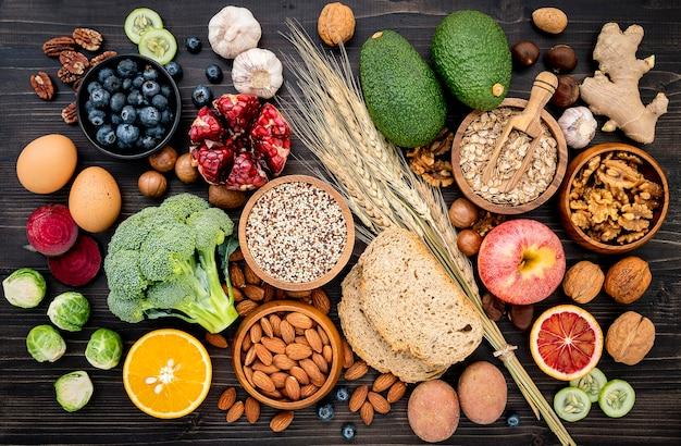 Ingredientes para a seleção de alimentos saudáveis montados em madeira Foto Premium