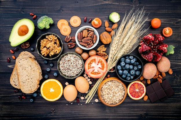 Ingredientes para alimentos saudáveis na mesa de madeira Foto Premium