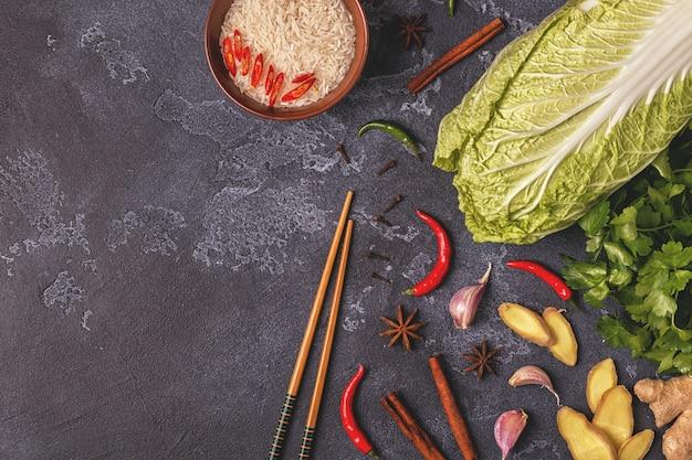 Ingredientes para comida picante asiática em uma mesa Foto Premium