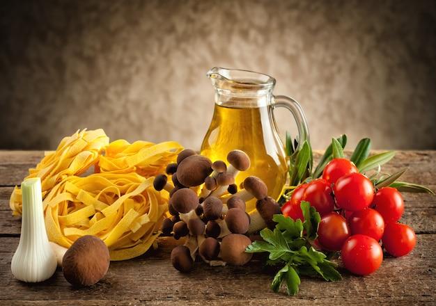 Ingredientes para cozinhar macarrão com cogumelos Foto Premium