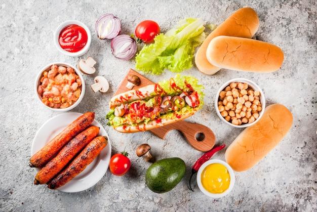 Ingredientes para diferentes cachorros-quentes veganos de cenoura vegana Foto Premium