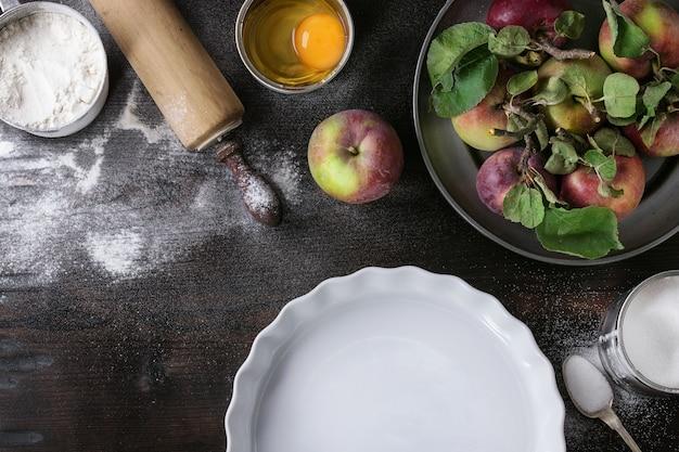 Ingredientes para fazer bolo de maçã Foto Premium