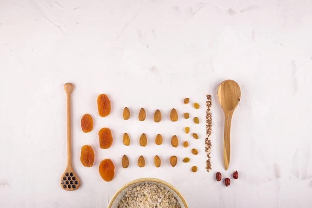 Ingredientes para fazer farinha de aveia saborosa e saudável no café da manhã Foto Premium