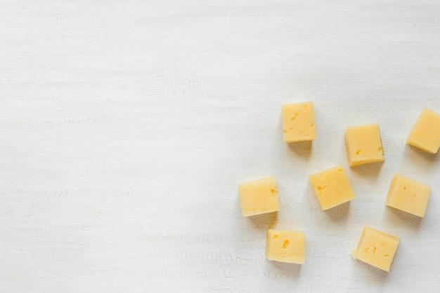 Ingredientes para lanches, queijo em uma mesa branca Foto Premium