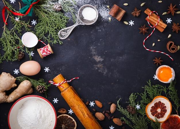 Ingredientes para o cozimento de natal em fundo preto Foto Premium