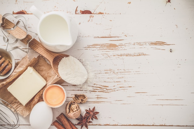 Ingredientes para o cozimento - ovos de manteiga de leite farinha de trigo com espaço de cópia Foto Premium