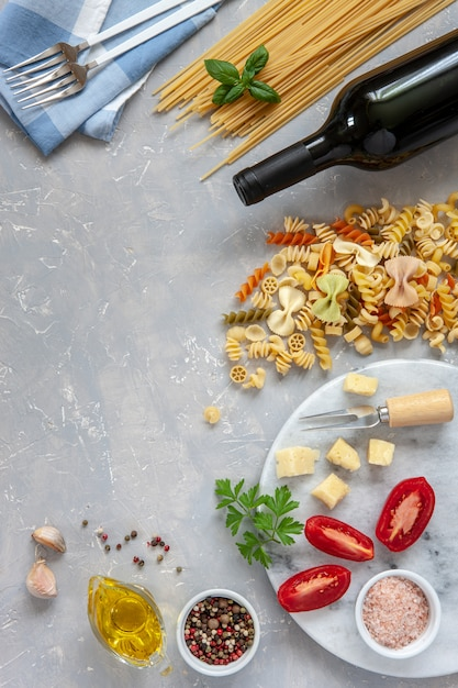 Ingredientes para o cozimento tradicional da massa - queijo, tomates, condimentos. Foto Premium