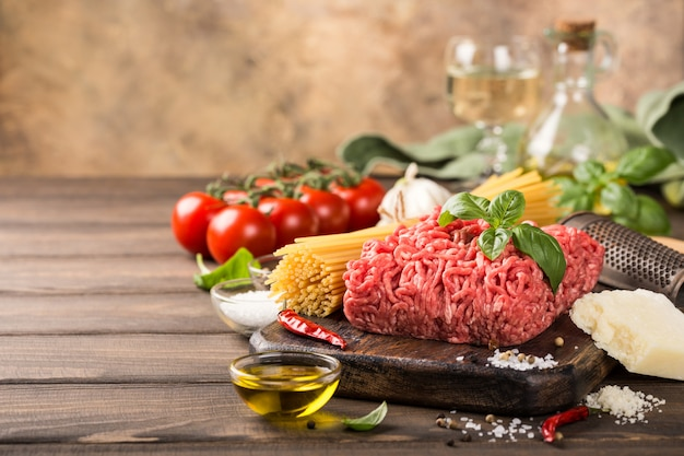 Ingredientes para o esparguete à bolonhesa Foto Premium
