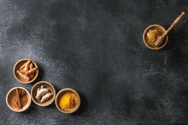 Ingredientes para o latte de cúrcuma Foto Premium