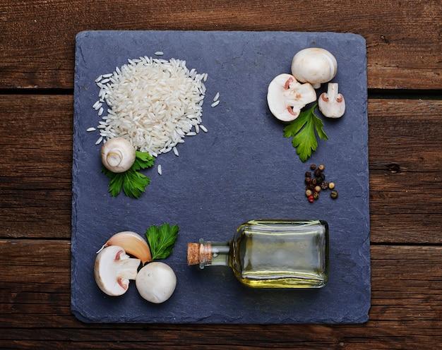 Ingredientes para o risoto: arroz, cogumelo, alho, óleo Foto Premium