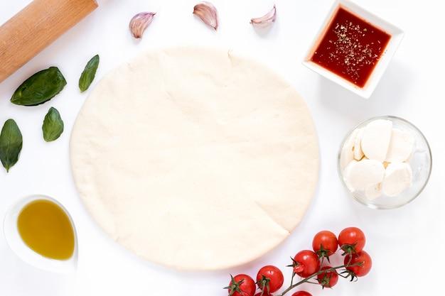 Ingredientes para pizza caseira isolado no fundo branco Foto gratuita