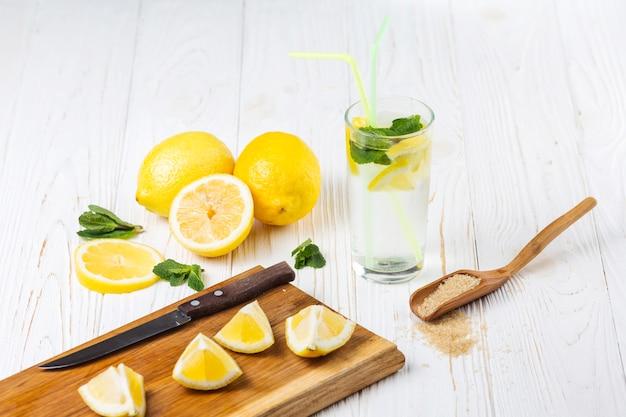 Ingredientes para refrescante limonada de hortelã cítrica Foto gratuita