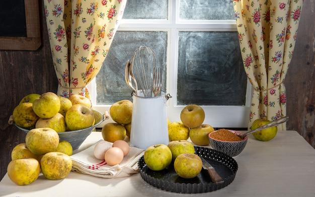 Ingredientes para torta de maçã, maçãs, ovos, massa Foto Premium