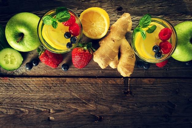 Ingredientes saborosos frutas lindas para fazer bebidas saudáveis de desintoxicação ou smoothies. fundo rústico de madeira. vista do topo. espaço de cópia. Foto gratuita