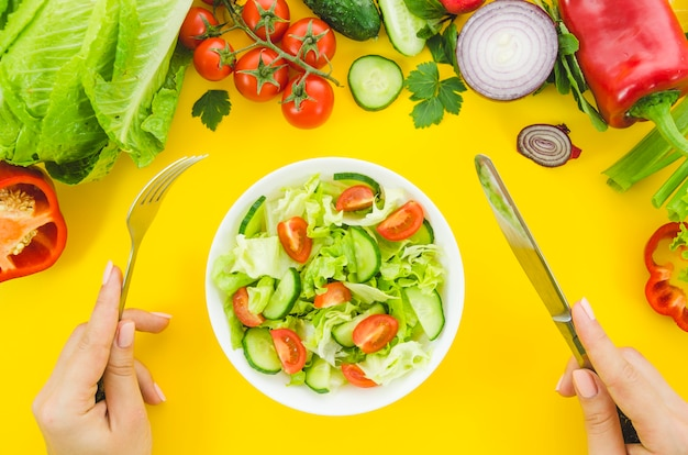 Ingredientes saudáveis incluídos em uma salada Foto gratuita