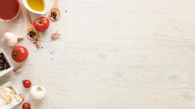Ingredientes saudáveis na mesa de madeira branca Foto gratuita