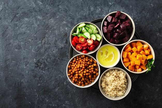 Ingredientes vegetarianos saudáveis para cozinhar salada marroquina. grão de bico, abóbora assada e beterraba, quinoa e legumes. Foto Premium