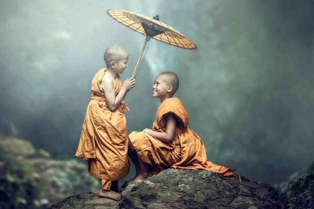 Iniciante budista sorrindo, brilhante, feliz, no jardim, nhongkhai, tailândia Foto Premium
