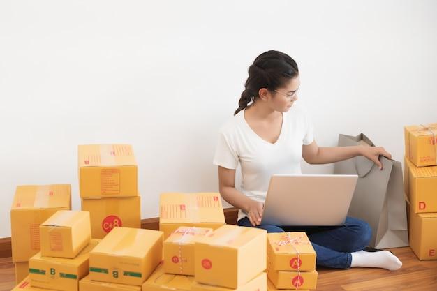 Inicie o empreendedor de pequenas empresas sme, estilo de vida de nova geração de jovem empreendedor usando o laptop para negócios on-line Foto Premium