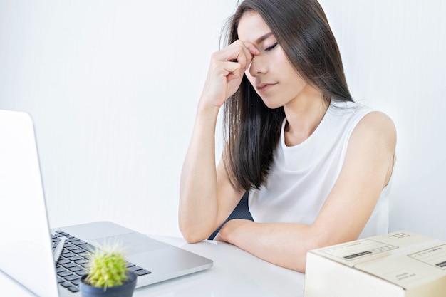 Inicie o pequeno empreendedor sme ou mulher freelance trabalhando duro e sentindo-se tonto em casa Foto Premium