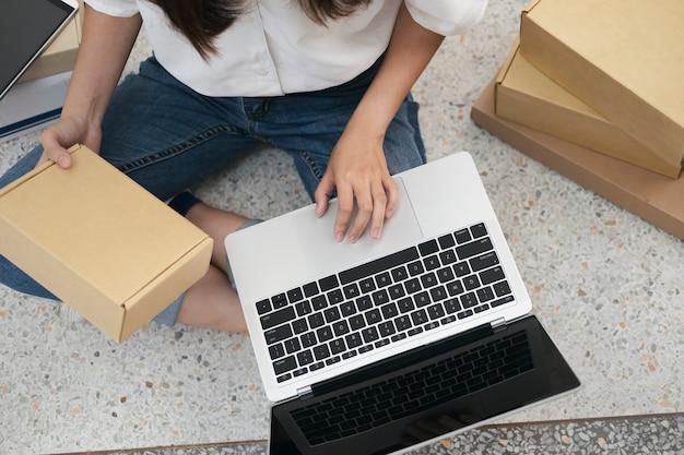 Inicie o proprietário do vendedor on-line verificando os pedidos do cliente Foto Premium