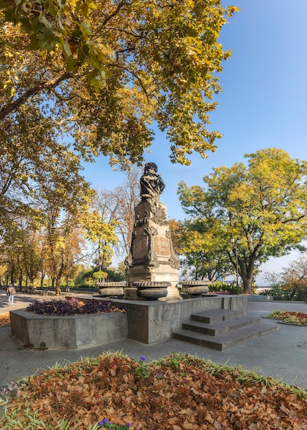 Início do outono em odessa à beira-mar boulevard, na ucrânia Foto Premium