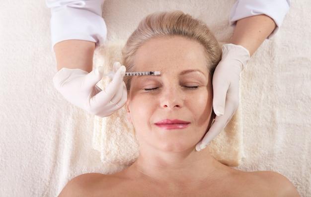 Injeção de botox no rosto feminino Foto Premium