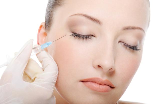 Injeção de botox para a bela jovem Foto gratuita