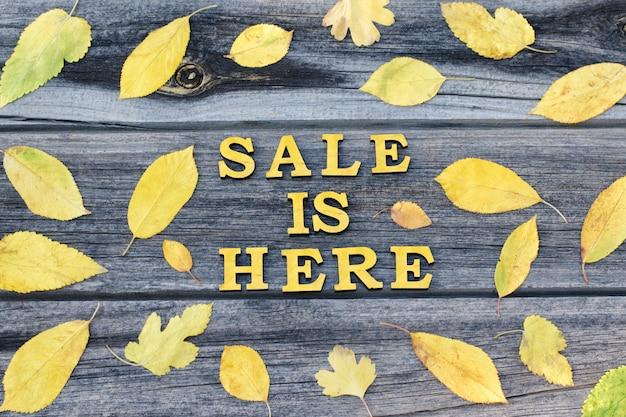 Inscrição amarela a venda está aqui. quadro de folhas amarelas Foto Premium