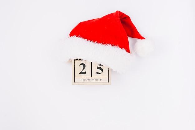Inscrição de 25 de dezembro em blocos de madeira com chapéu de papai noel Foto gratuita