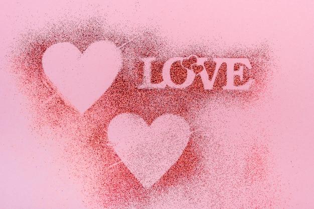 Inscrição de amor de purpurina em pó na mesa Foto gratuita
