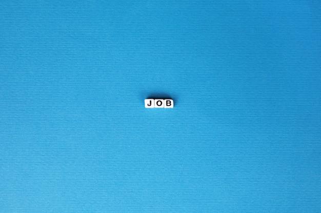 Inscrição de emprego sobre fundo azul Foto Premium