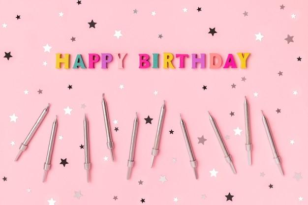 Inscrição de feliz aniversário com letras coloridas de madeira com confete Foto Premium