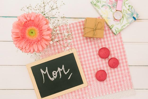 Inscrição de mãe com gerbera e presente Foto gratuita