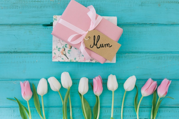Inscrição de mãe com tulipas e presente Foto gratuita