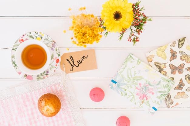 Inscrição de mãe com xícara de chá e flores Foto gratuita