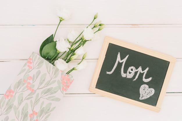 Inscrição de mãe no quadro-negro com rosas Foto gratuita