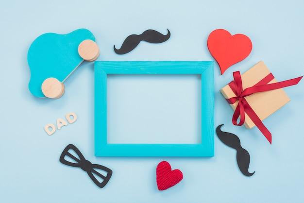 Inscrição de pai com caixa de presente, carro de brinquedo e quadro Foto gratuita