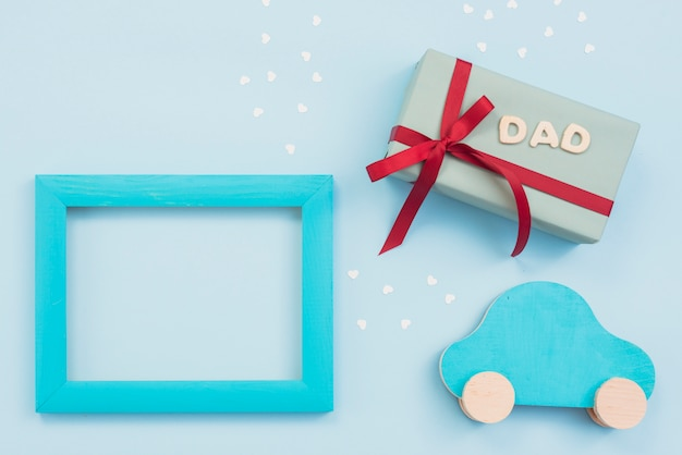 Inscrição de pai com caixa de presente, carro pequeno e moldura Foto gratuita