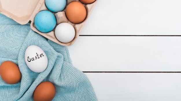 Inscrição de páscoa no ovo no pano Foto gratuita