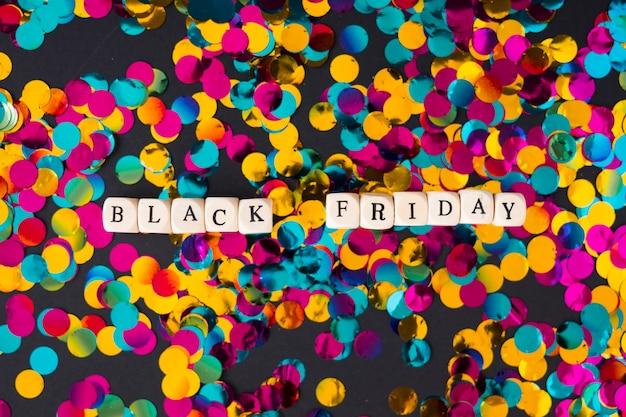 Inscrição de sexta-feira negra em cubos com confete Foto gratuita